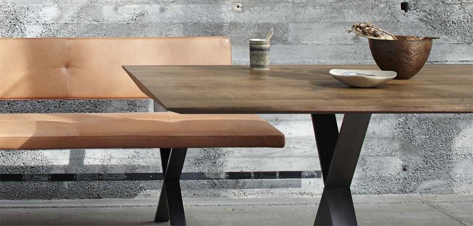 more - Lax Bank und Tisch